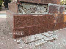 На мемориале в Курске начал разрушаться памятник воину-освободителю