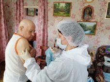 В Курске маломобильных граждан вакцинируют на дому