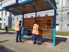 В Курске остановки очищают от рекламы и надписей