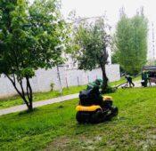В Курске косят газоны в парках и скверах