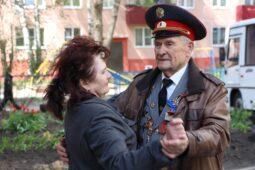 Курская полиция организовала «Концерт Победы» у дома ветерана