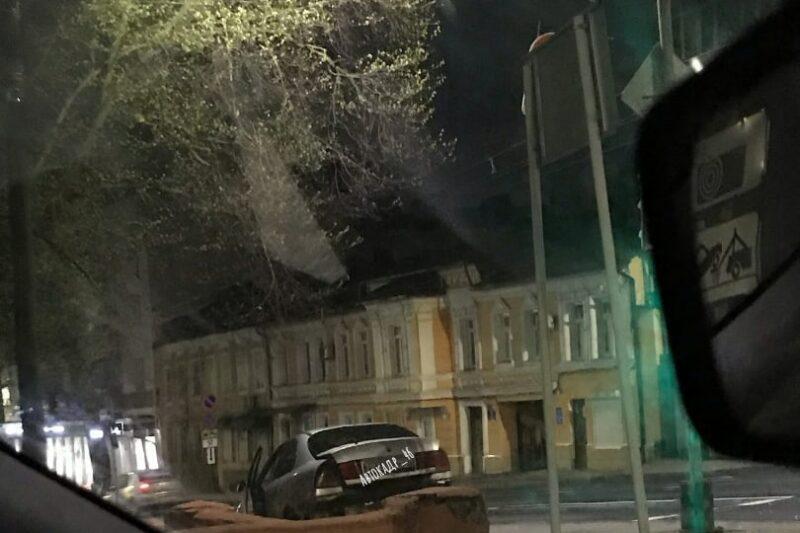 В центре Курска иномарка в результате ДТП вылетела на тротуар