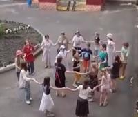 Под окнами больницы в Курской области станцевали «Тимоню»