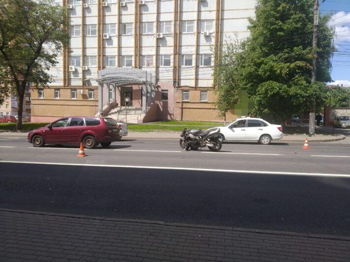 В центре Курска мотоциклист попал в аварию
