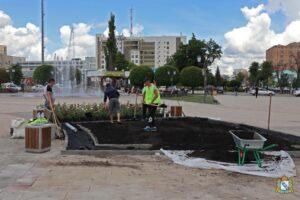 На Театральной площади в Курске высаживают 800 кустов роз