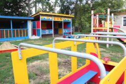 В Курской области благоустраивают игровую площадку у детского сада