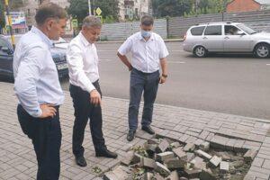 Ливень в Курске смыл тротуарную плитку на улице Дзержинского