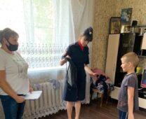 В Курске детям из неблагополучных семей подарили школьные рюкзаки