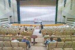 В Курском драматическом театре юбилейный сезон открывает «Школа жен»