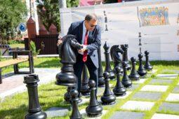 В Курском медуниверситете появилась уличная «Шахматная доска»