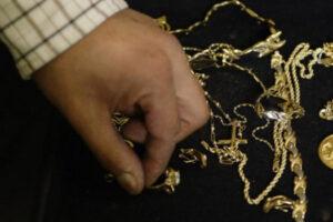 Курянин украл у в волонтера золота на 243 тысячи рублей