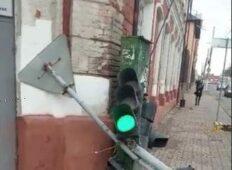 В Курске на перекрестке улиц снесли светофор