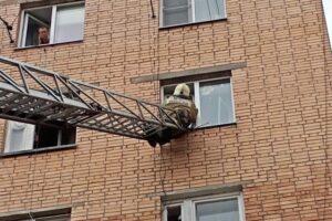 Спасатели помогли попасть в квартиру маме ребенка, который закрылся изнутри